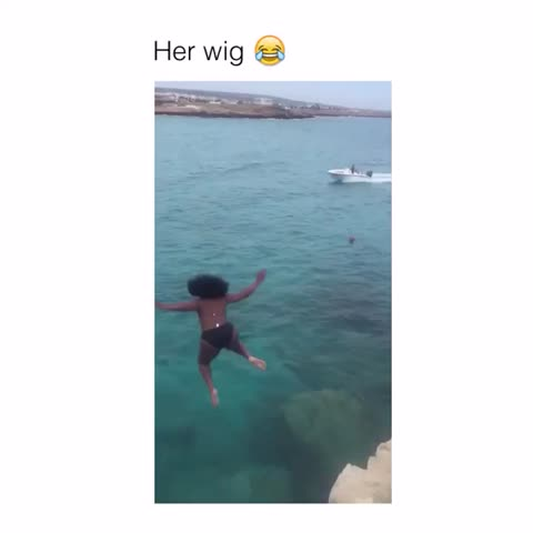 Her wig is swimming 😂