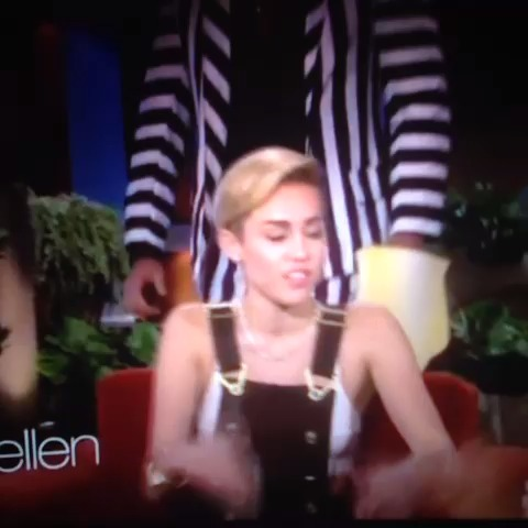 Ellen DeGeneres scarring Miley! #prank #scare #mileycyrus #ellendegeneres vine