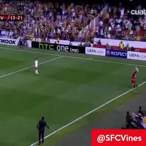 Gol de @StephaneMbia (Valencia - Sevilla 13/14) #UEFAEuropaLeague - Vines del Sevilla FCs post on Vine