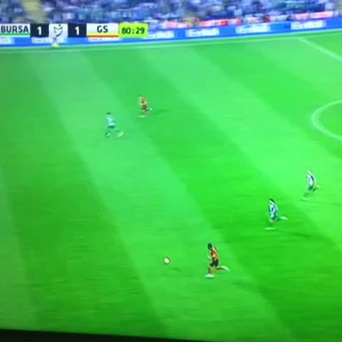 Vine by Twitter: @GSVine_ - Yasin, uygun durumdaki Podolskiye pas vermeyince Podolski sinirlendi.