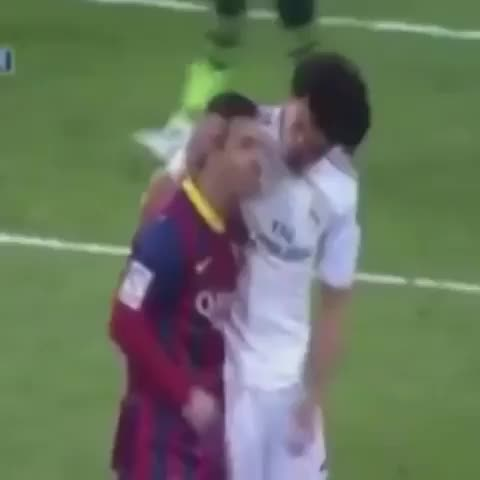 FOLLOW @FOOTYHUMOUR ON TWITTERs post on Vine - Vine by FootyHumour - Messi and Pepe having a beatbox battle!