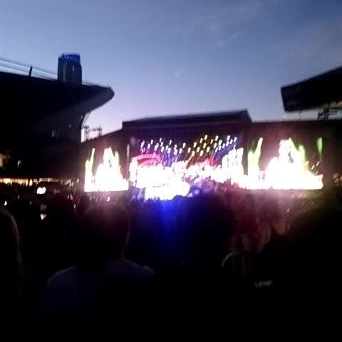 Long Way Home!!!! First time playing it live @5sos #5sos #WWATour #wwachicago - Laineys post on Vine
