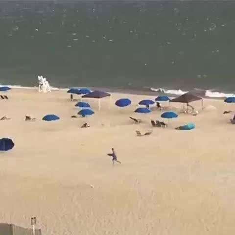 Vine by Yisucrist - cuando acaba el verano comiensa la migrasión d las sombrillas d la playa. la naturalesa no deja d sorprendernos