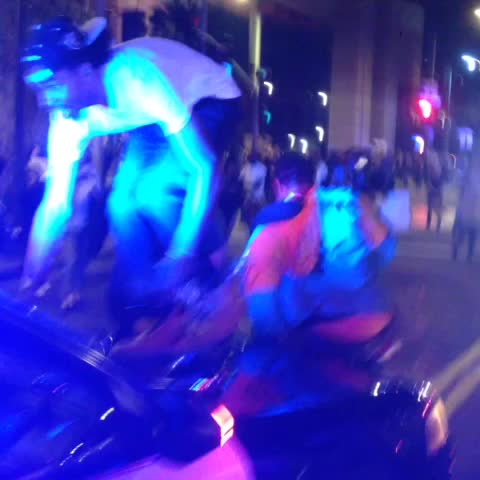 Earlier protesters standing on police cars in #LosAngeles #ferguson #protest - Gadi Schwartzs post on Vine