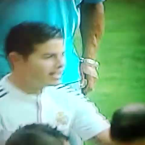 Se mete un aficionado a abrazar a James. El jugador lo abraza....CRACK. - Follow MERCADO FÚTBOOL on Twiters post on Vine