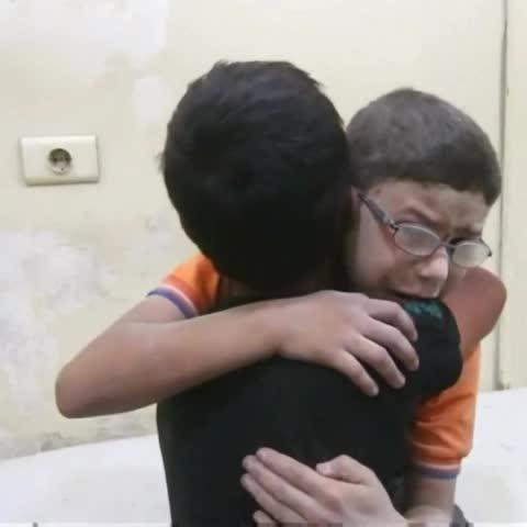 Vine by A3Noticias - Desgarradoras imágenes de 2 niños que lloran la muerte de su hermano tras un bombardeo en Alepo. #A3Noticias