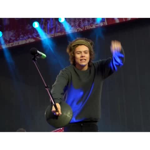"""#HarryStyles Harry using sign language... """"Lights go down and I hear you calling to me."""" :)    03.06.14  - Vine by HarryandLouis - #HarryStyles Harry using sign language... """"Lights go down and I hear you calling to me."""" :)    03.06.14 """