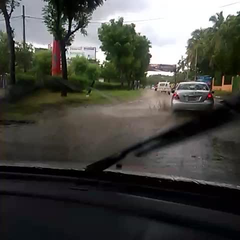 15 minutitos de lluvia y las calles de #Managua se convierten en pequeños cauces #Vulnerabilidad #Lluvias - Mario Ruedas post on Vine
