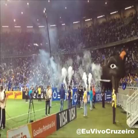 Entrada em campo do #Cruzeiro, ao som de Iron Man da banda Black Sabbath! Let the Madness Begin! - Vine by Eu Vivo Cruzeiro - Entrada em campo do #Cruzeiro, ao som de Iron Man da banda Black Sabbath! Let the Madness Begin!