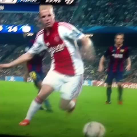 FUTERChistess post on Vine - El caño de #Messi [#Barcelona #Ajax #ChampionsLeague] - FUTERChistess post on Vine