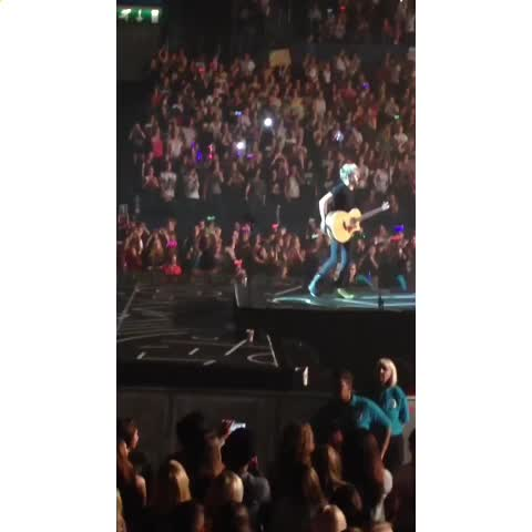 """They left Niall all alone on stage  & HES JUST LIKE """"WELCOME TO MY SHOW""""???????? - Vine by Tabbys editss - They left Niall all alone on stage  & HES JUST LIKE """"WELCOME TO MY SHOW""""😂😂"""