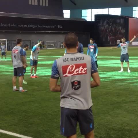 Un po di palleggi aspettando linizio dellallenamento #SupercoppaTIM #ForzaNapoliSempre - Vine by Official SSC Napoli - Un po di palleggi aspettando linizio dellallenamento #SupercoppaTIM #ForzaNapoliSempre