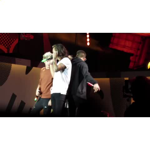 I dont know what theyre doing but its cute???? - Vine by best of louis & harry - I dont know what theyre doing but its cute😂