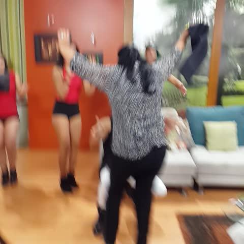 Vine by De Casa en Casa - ¡Esta es la canción de @AnaBuljubasich!! ¿Llegará a 50 RTs su baile? #JuevesParaAyudar