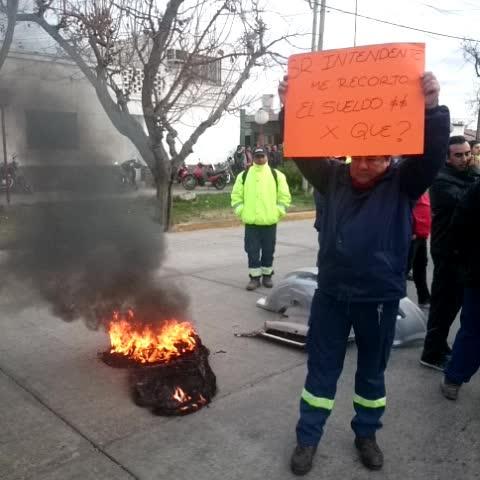 Vine by Pachy Reynoso Phr - Municipales de Guaymallen cortan la calle Mitre en reclamo por los sueldos MDZ online