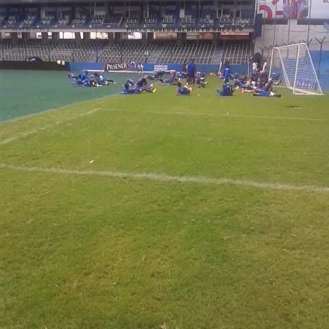 Vine by Jrnochi - @Emelec ya entrena en el estadio #Capwell donde ya han iniciado los trabajos de remodelacion