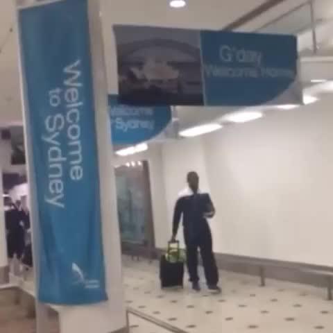 "Fi9alovs post on Vine - من مطار سيدني ..الجمهور الهلالي يردد ""الموج الأزرق جاكم"" كفوووو 😍💙💙💙 - Fi9alovs post on Vine"