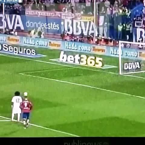 Vine by Publinews Guatemala - #DerbiMadrid Keylor Navas acertó a detener el penalti cobrado por Antoine Griezmann, el Madrid sigue en ventaja 1-0