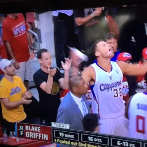 LMAO: Blake Griffin just dumped a cup of water on a Warriors fan - Sam Lairds post on Vine