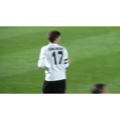 Vine by HarryandLouis - #LarryStylinson Louis personal cheerleaders heheh. I hope seeing them supporting Lou again on sunday