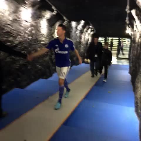 Julian Draxler nach dem 1:1 gegen den FC Bayern München. #S04 #spielertunnel #Stollen - FC Schalke 04s post on Vine