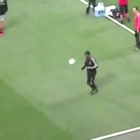 Footballogues post on Vine - Vine by Footballogue - Vous savez que cest #Ronaldinho quand cela arrive !