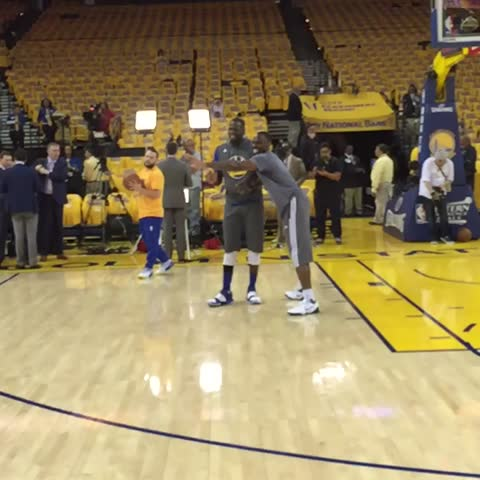 Vine by NBA - Draymond putting work in in the ???? during pre game #NBAVine