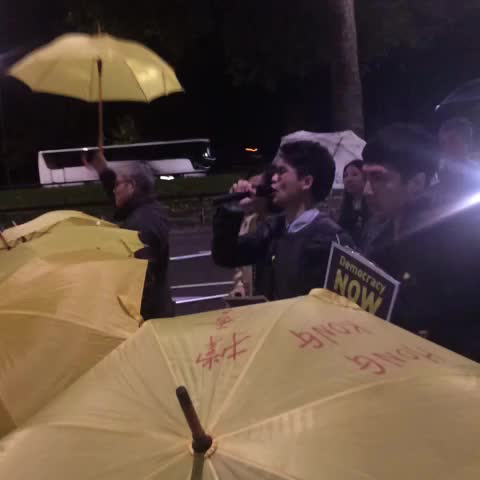 Protesters are persuading John Tsang to receive the letter #UmbrellaMovement #HK @krislc @globalsolidhk - David Chengs post on Vine