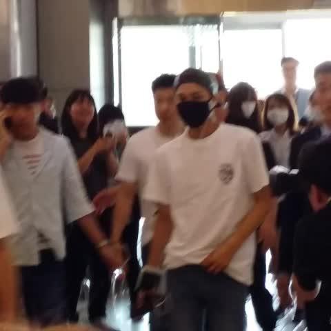 Vine by dancerkai94 - 150704 김포공항 출국 #kai #카이 #jongin #종인 white shirt with jeans!!