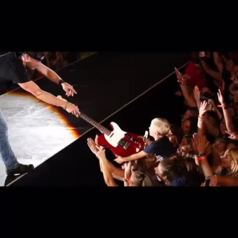 Dierks Bentleys post on Vine - Last night this little dude got @brianlaysons guitar! - Dierks Bentleys post on Vine