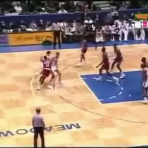@Todobasket3s post on Vine - Aquellos maravillosos años...Drazen Petrovic se la hace a Olajuwon. Que grande el Genio de Sibenik. #Nba #basketball - @Todobasket3s post on Vine