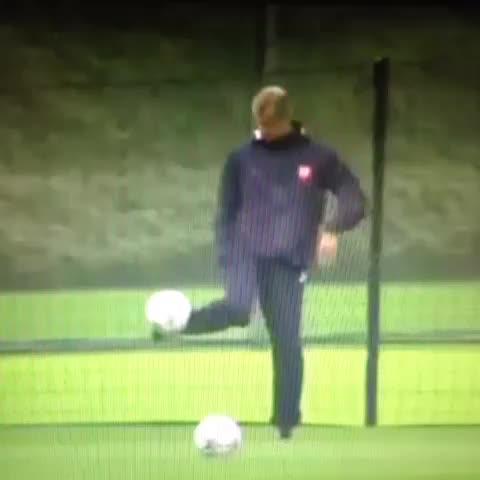 AllFootballLives post on Vine - Arsene Wenger vs. Roy Hodgson... #skill #football #soccer #sport - AllFootballLives post on Vine
