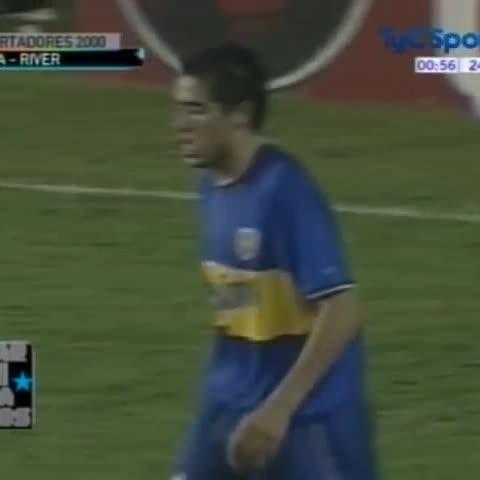 Vine by BocaaaBocaaa - #UnDíaComoHoy hace 16 años caño de Riquelme (Boca) a Yepes (River) en 3-0 por los Cuartos de la Libertadores.