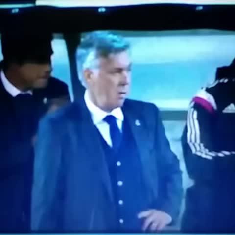 Carlo Ancelotti kjører Cristiano Ronaldo-feiringen. Lekent. - SanderPipitas post on Vine