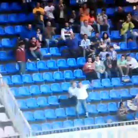 Brunos post on Vine - Vídeo del tío que se reía bailando de los Ultras del Valencia xD - Brunos post on Vine