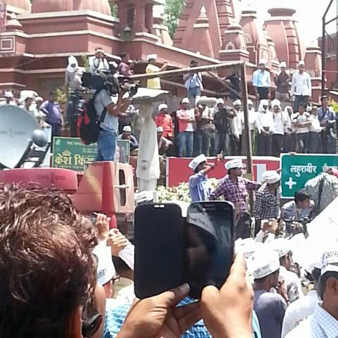 Dilip K. Pandeys post on Vine - .@ArvindKejriwal reached Lahurabeer, addressing Banaras #KejriwalInKashi - Dilip K. Pandeys post on Vine