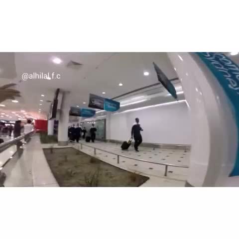 "nawafoh55s post on Vine - جماهير #الهلال في المطار تردد ""الموج الازرق جاكم"" لحظة وصول البعثه .. - nawafoh55s post on Vine"