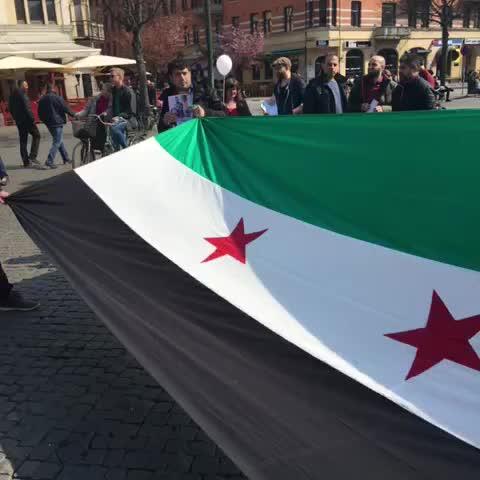 Vine by Jerry Maher - رفع علم الثورة السورية في مدينة مالمو السويدية. #جيري_ماهر #حلب_تحترق