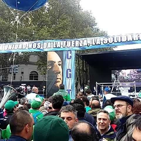 Vine by El Destape - A las 15 en est escenario, las CGT y las CTA unidas expresarán su oposición a los despidos y el ajuste d Macri