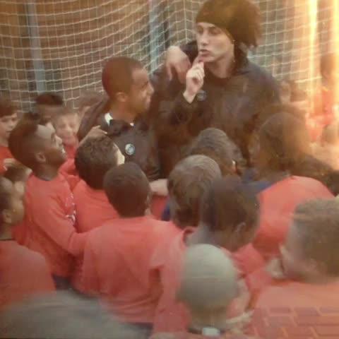 Adrien Chantegrelets post on Vine - David Luiz avec les petits du #PSG. Juste excellent. - Adrien Chantegrelets post on Vine