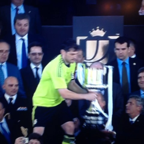 Casillas levantando la Copa del Rey - Elminuo7.coms post on Vine