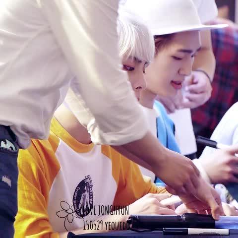 Vine by LOVE_ONLY_JH - 150529 여의도 팬싸인회  팬분 선물에 눈 휘둥그레져서 놀라고 기뻐하는 모습ㅠㅠ너무 귀엽고 사랑스러워ㅠㅜㅠㅠㅠㅠ♡♡♡  #종현 #jonghyun
