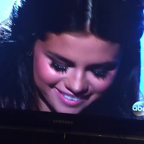 Amy Odells post on Vine - Taylor cried so hard on the inside during Selenas performance #AMAs2014 - Amy Odells post on Vine