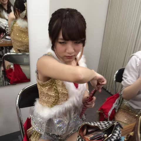中村麻里子s post on Vine - たかみなさん、ジャイアントポッキーで愛しさのアクセルの間奏を踊るも勢いにかけてる動画。※後ほど美味しくいただきました。 - 中村麻里子s post on Vine