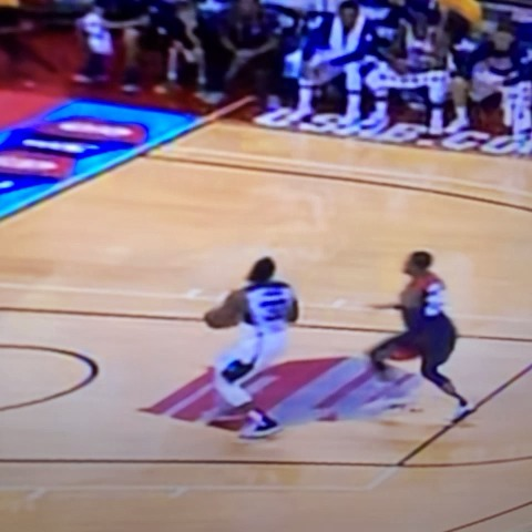 La increíble fractura de tibia y peroné de Paul George. #PaulGeorge #NBA - Javier Lanzas post on Vine