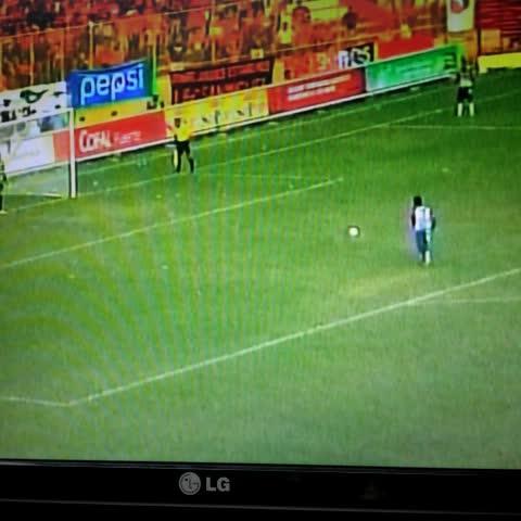 Vine by EL GRÁFICO - #AGUMET2014 | El gol en la tanda de penaltis de Milton Molina que le da el triunfo a Metapán.