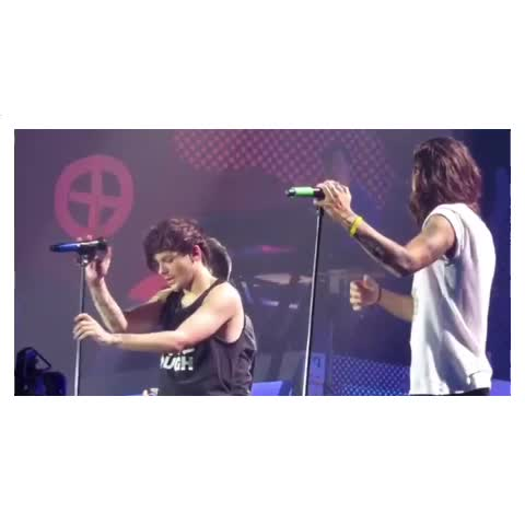 LOOK HOW FLIRTY HE IS WITH HARRY - Vine by larry stylinsotp - LOOK HOW FLIRTY HE IS WITH HARRY
