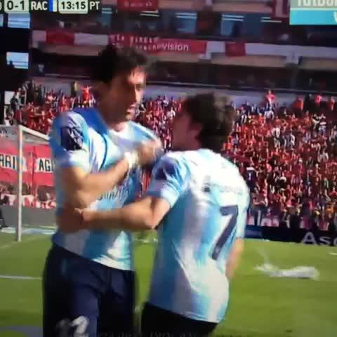 Gauyos post on Vine - Doble mérito: gol y esquivar las cosas que le tiran - Gauyos post on Vine