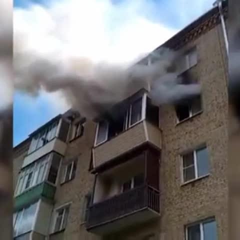 Vine by A3Noticias - En Rusia unos padres salvan a sus hijos de las llamas lanzándoles por la ventana desde un 5º piso. #A3Noticias