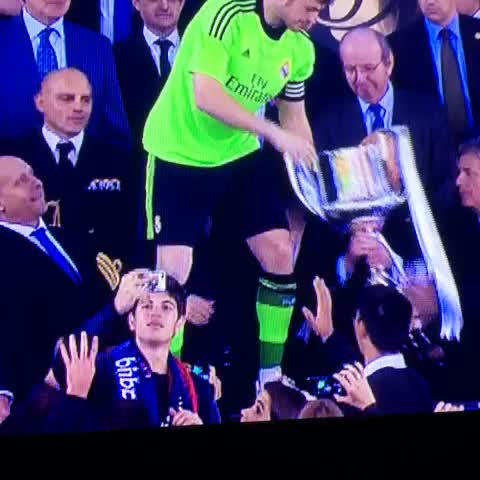 Iker Casillas levantando la Copa. ¡CAMPEONEEEEES, CAMPEONEEEEEES! - Pasion Madridistas post on Vine